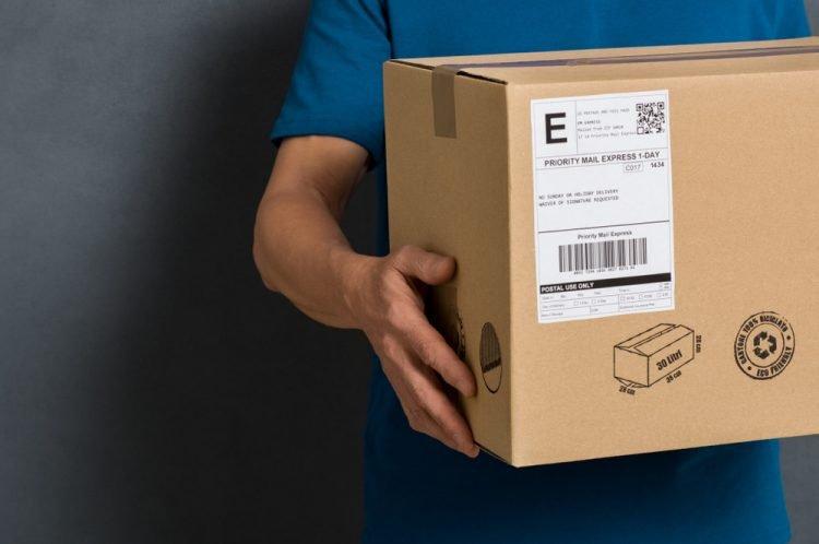 embalagem com etiqueta e entregador de camiseta azul
