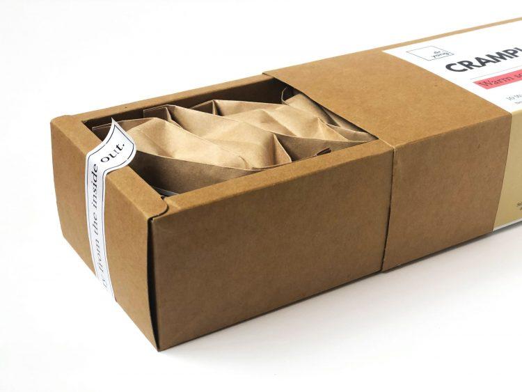 caixa cartonada cor parda passa a imagem de embalagem sustentável