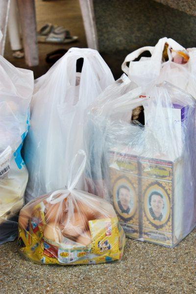 sacolas plásticas com alimentos